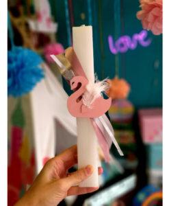 Λαμπάδα πλακέ λευκή με ροζ Κύκνο